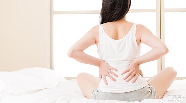 彎腰搬重物,恐致椎間盤突出